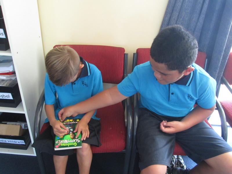 Wiremu and Tukotahi choose books